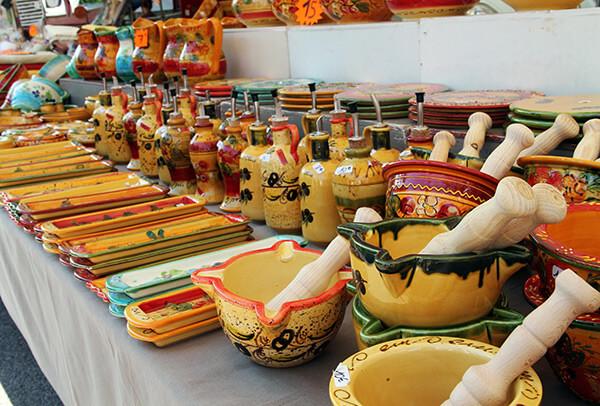 Des vacances à Giens sans passer par les marchés provencaux, c'est impossible ! Venez découvrir les senteurs et les goûts de nos produits régionaux.