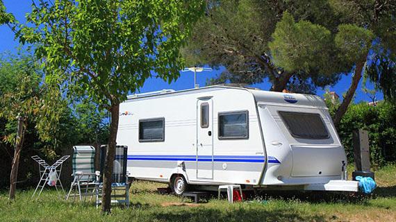 caravane camping car au camping presqu 39 le de giens. Black Bedroom Furniture Sets. Home Design Ideas