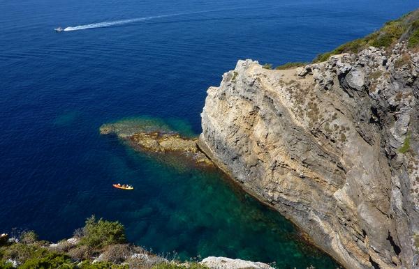 Découvrez les merveilles naturelles qui jonchent le sentier du littoral de la Presqu'île de Giens : pins, falaises, et eau turquoise vous attendent !