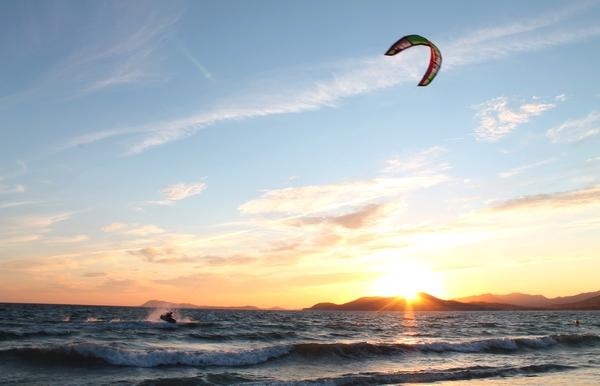 L'Almanarre, à Giens, est la plage idéale pour les enfants et les amateurs de sports nautiques. Découvrez-là pendant votre séjour avec Vacances Giens !