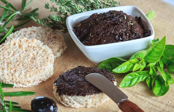 Envie d'épater vos proches pour l'apéritif ? Vacances Giens vous donne ses deux recettes pour un apéro facile à réaliser, aux saveurs méditerranéennes ! Découvrez la tapenade d'olives noires et l'anchoiade.